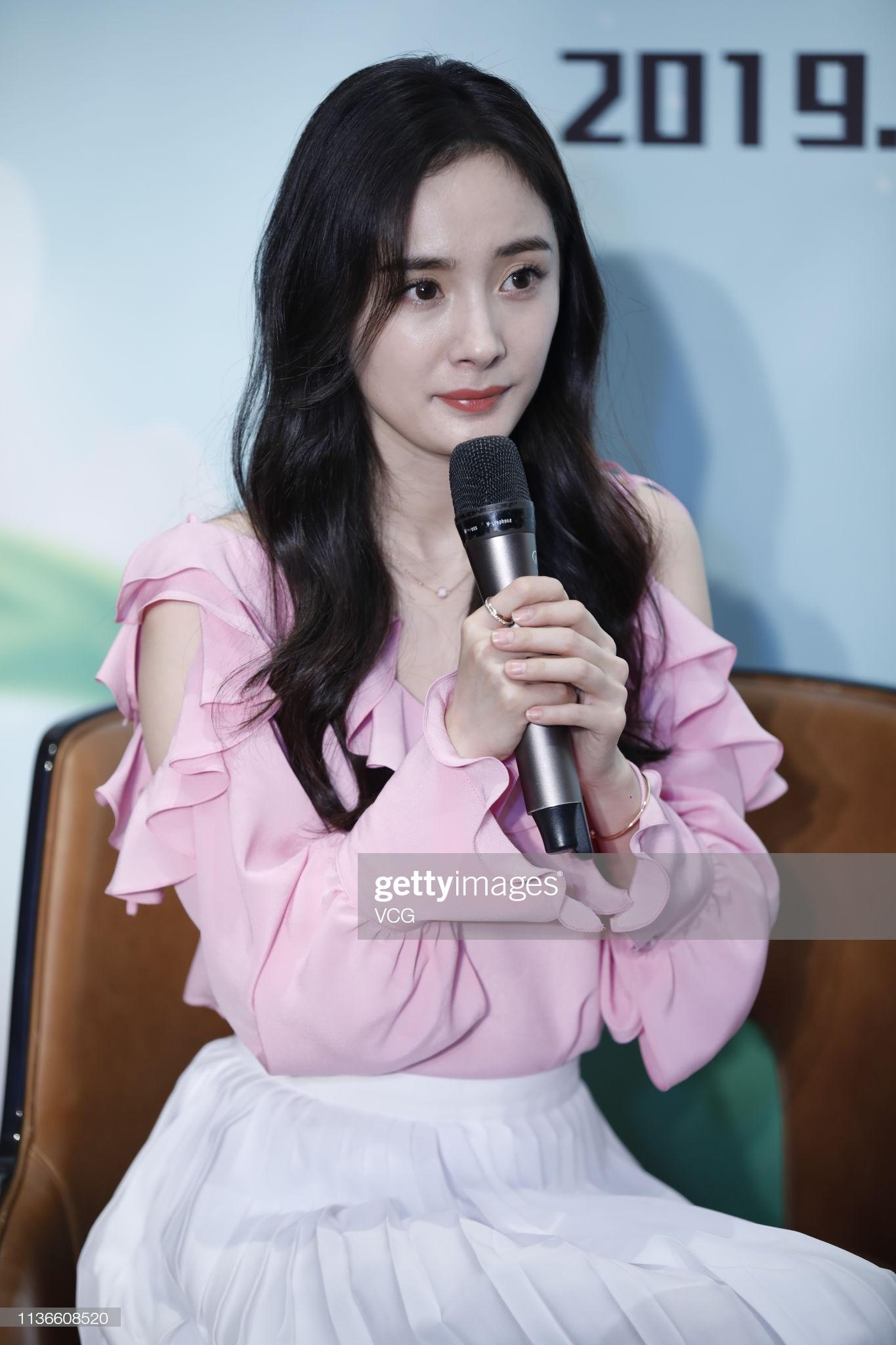Dương Mịch diện áo hồng cùng chân váy trắng