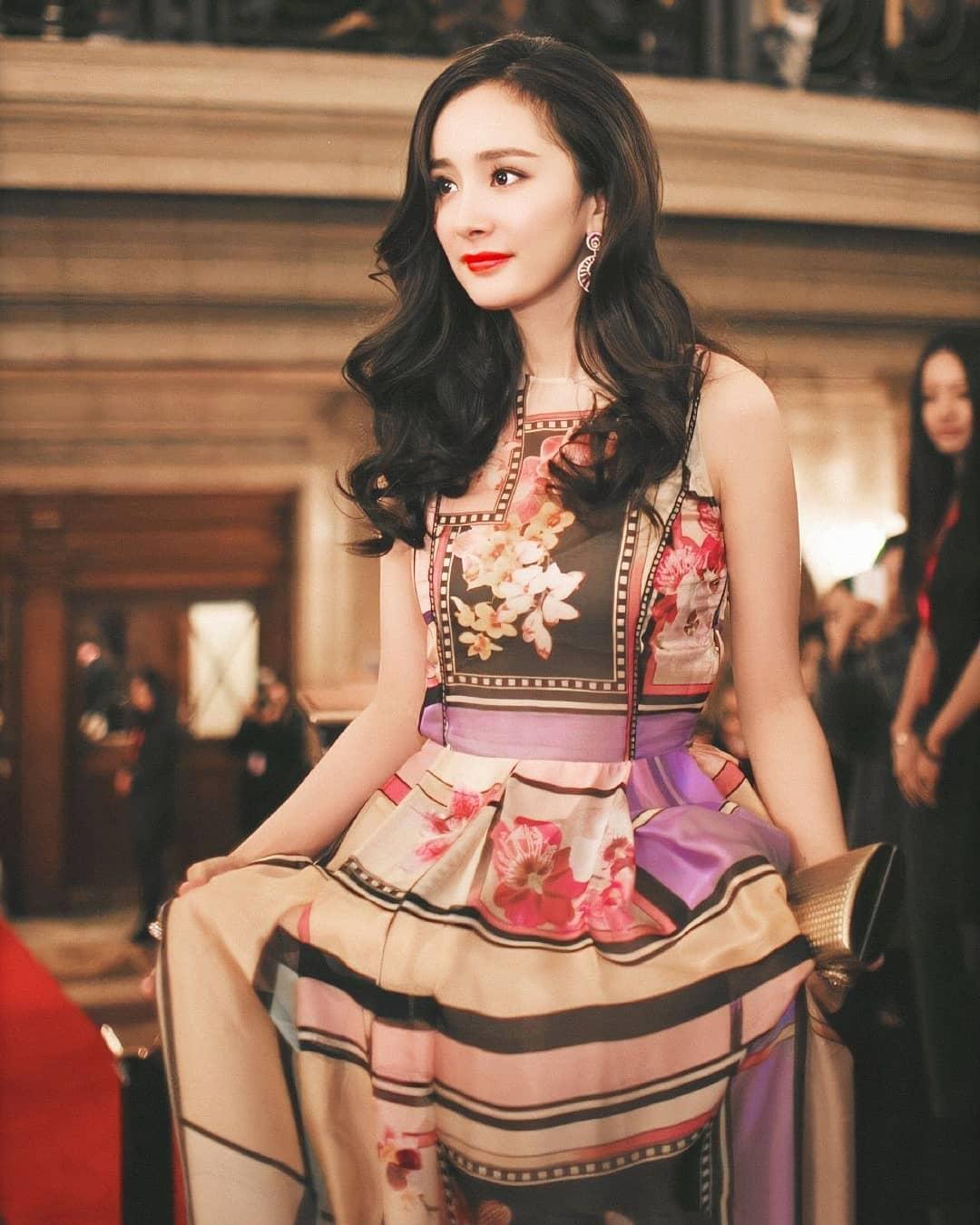 Dương Mịch mặc váy dài hoạ tiết hoa đi dự tiệc