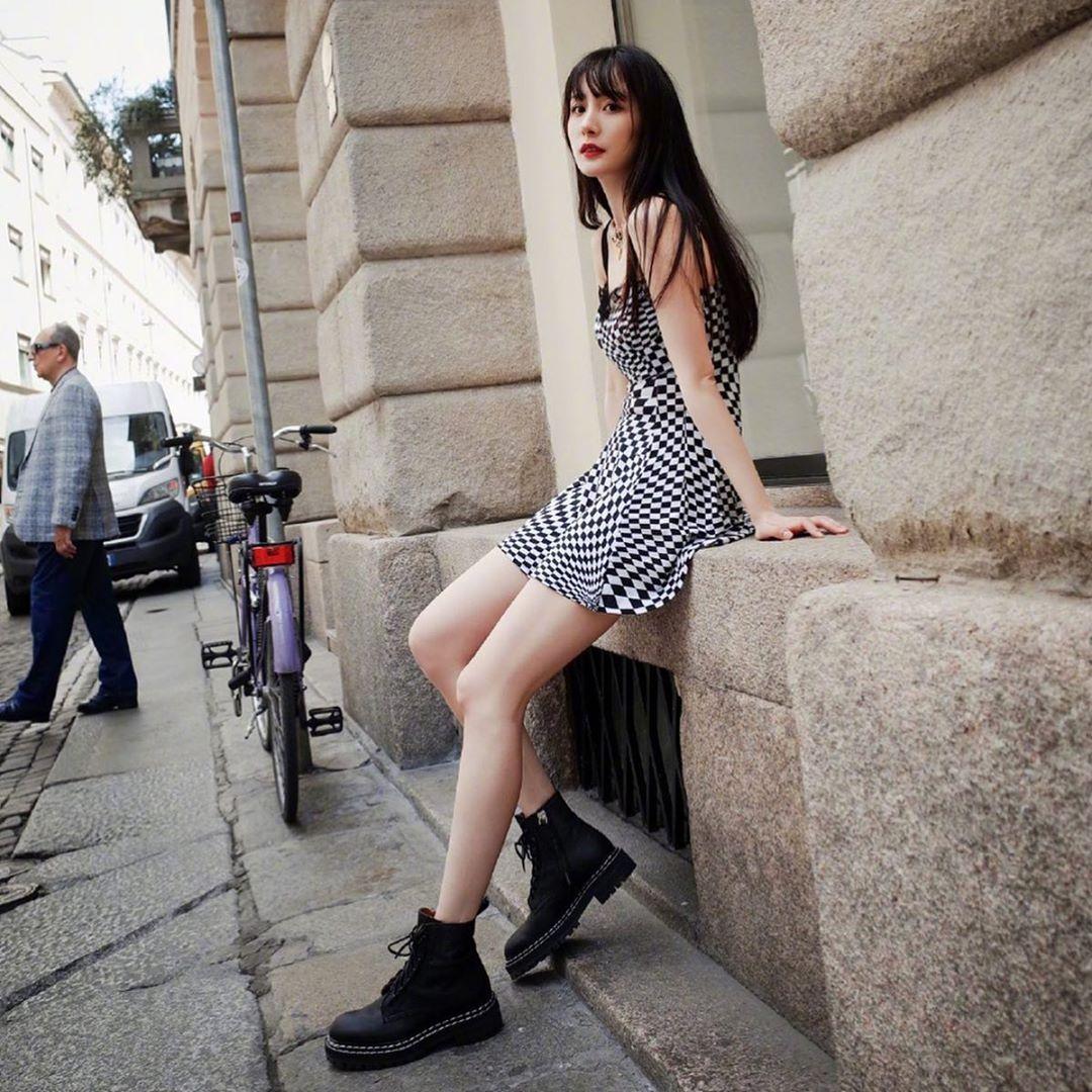 Dương Mịch diện váy kẻ caro cùng đôi giày đen