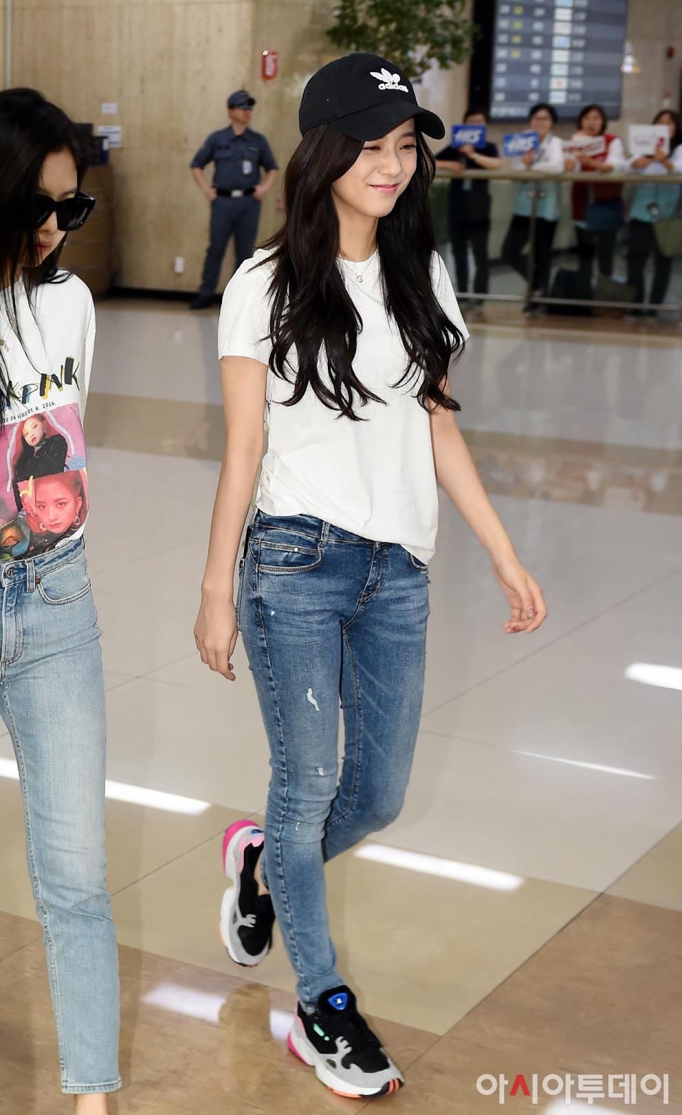 Jisoo diện áo phông trắng cùng quần jeans ra sân bay