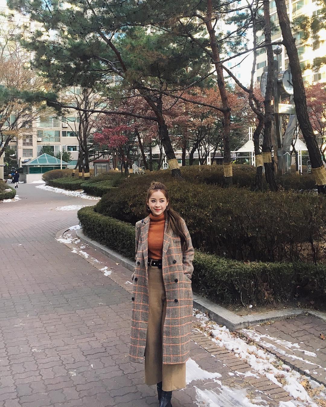 thời trang du lịch đà lạt - chi pu mặc áo khoác dáng dài và áo cổ lọ màu cam