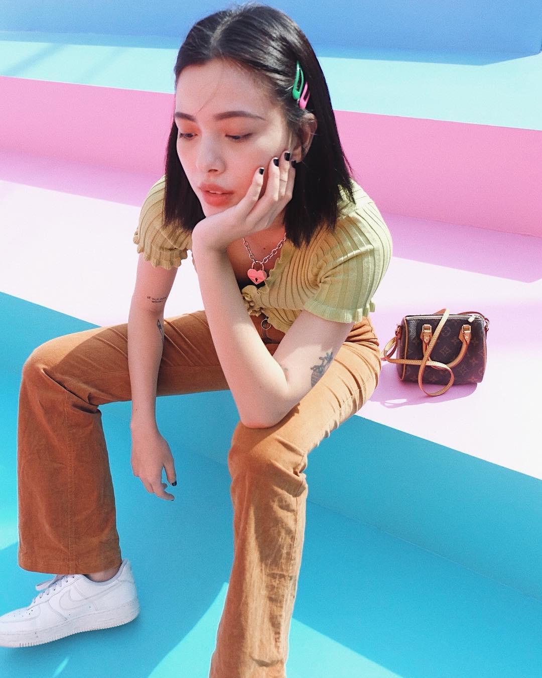 Trang phục du lịch Đà Lạt - Tú Hảo diện trang phục vintage áo thun và quần bỏ