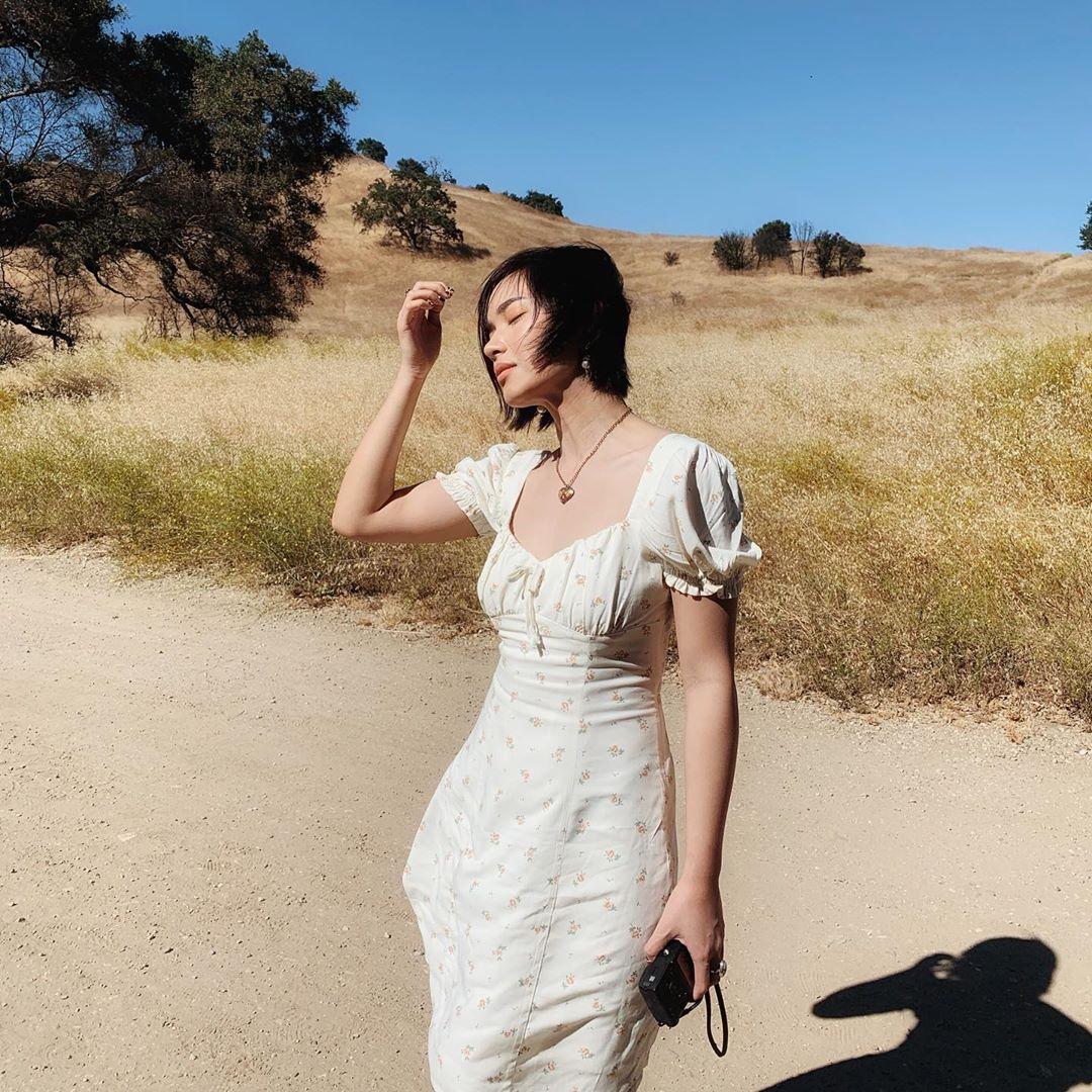 Thời trang du lịch đà lạt - Châu bùi mặc váy hoa li ti màu trắng