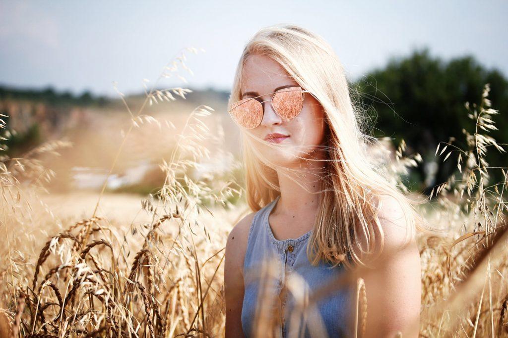 cô gái đeo kính trắc nghiệm làm đẹp
