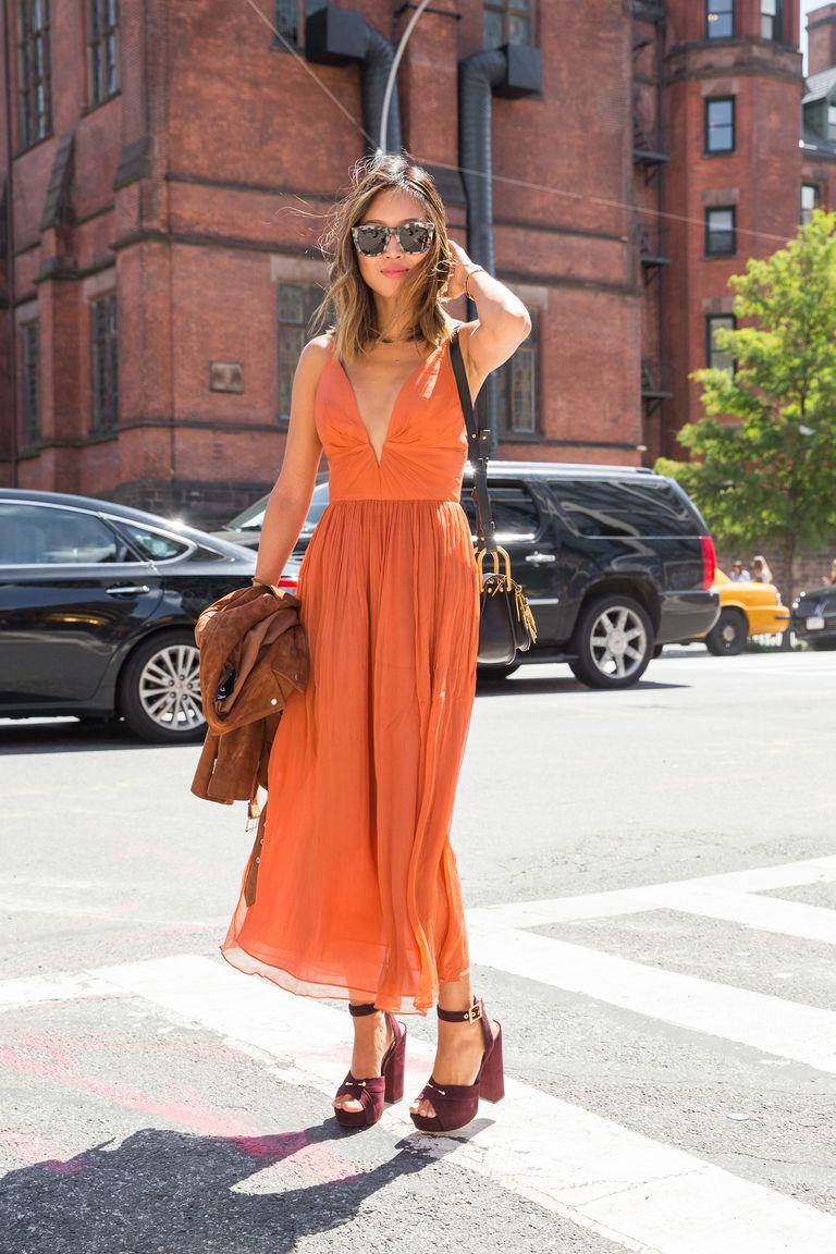 Fashionista mặc váy dài màu cam