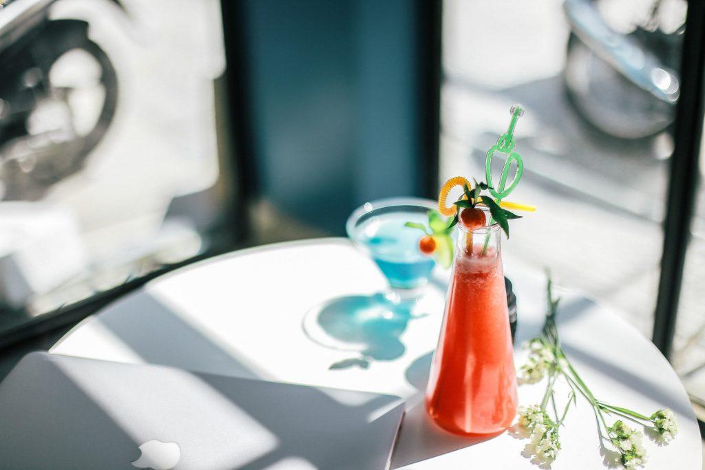 ly nước trên bàn