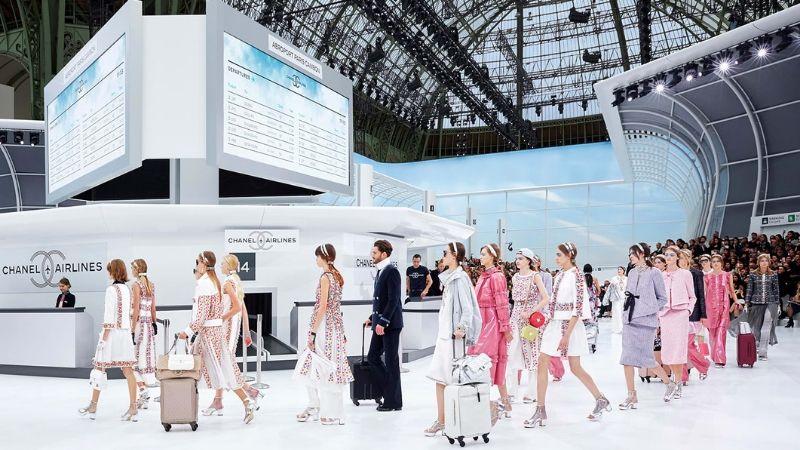 Người mẫu Chanel kéo vali đi trên sàn diễn