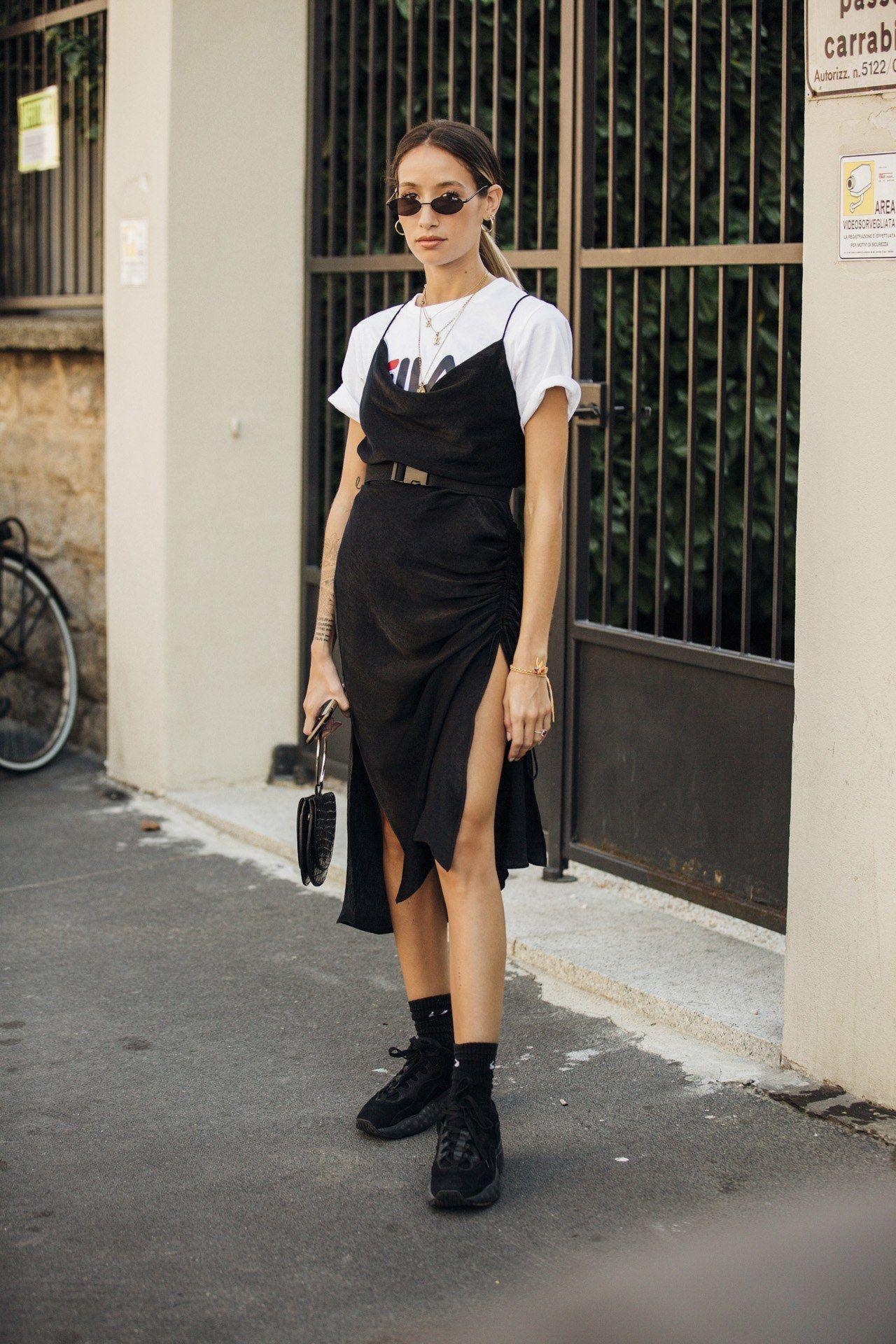 fashionista mặc slip dress lụa và áo thun với boots