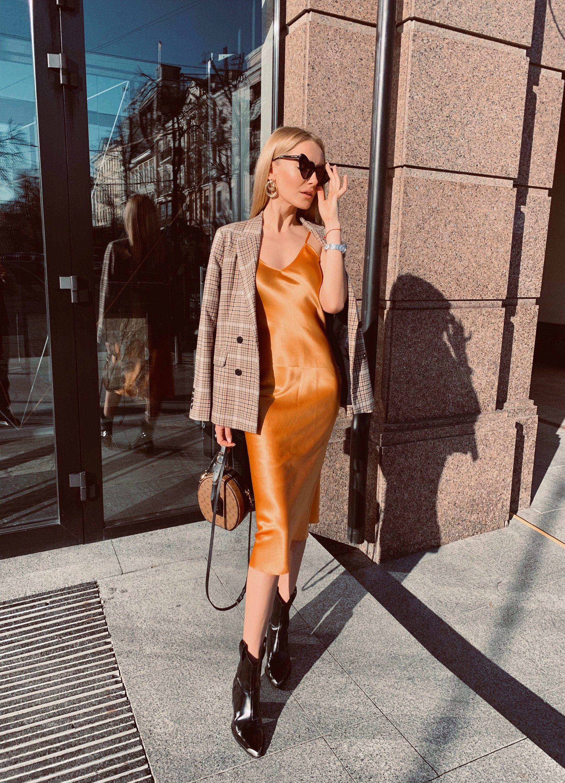 slip dress lụa màu cam và áo khoác blazer