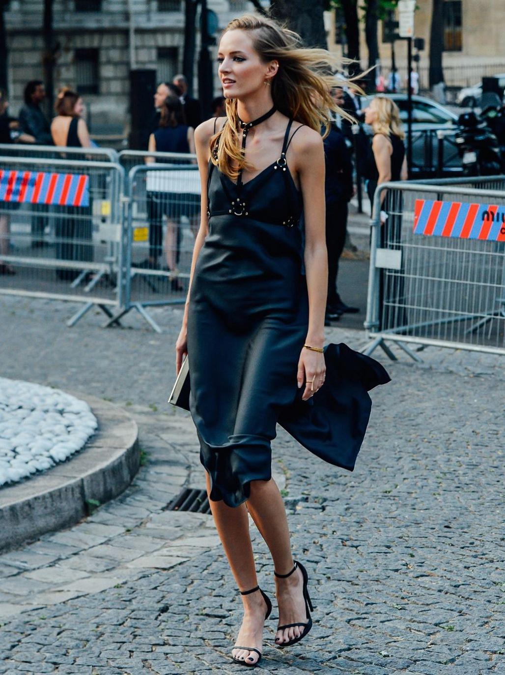fashionista mặc slip dress lụa màu đen và phụ kiện cá tính