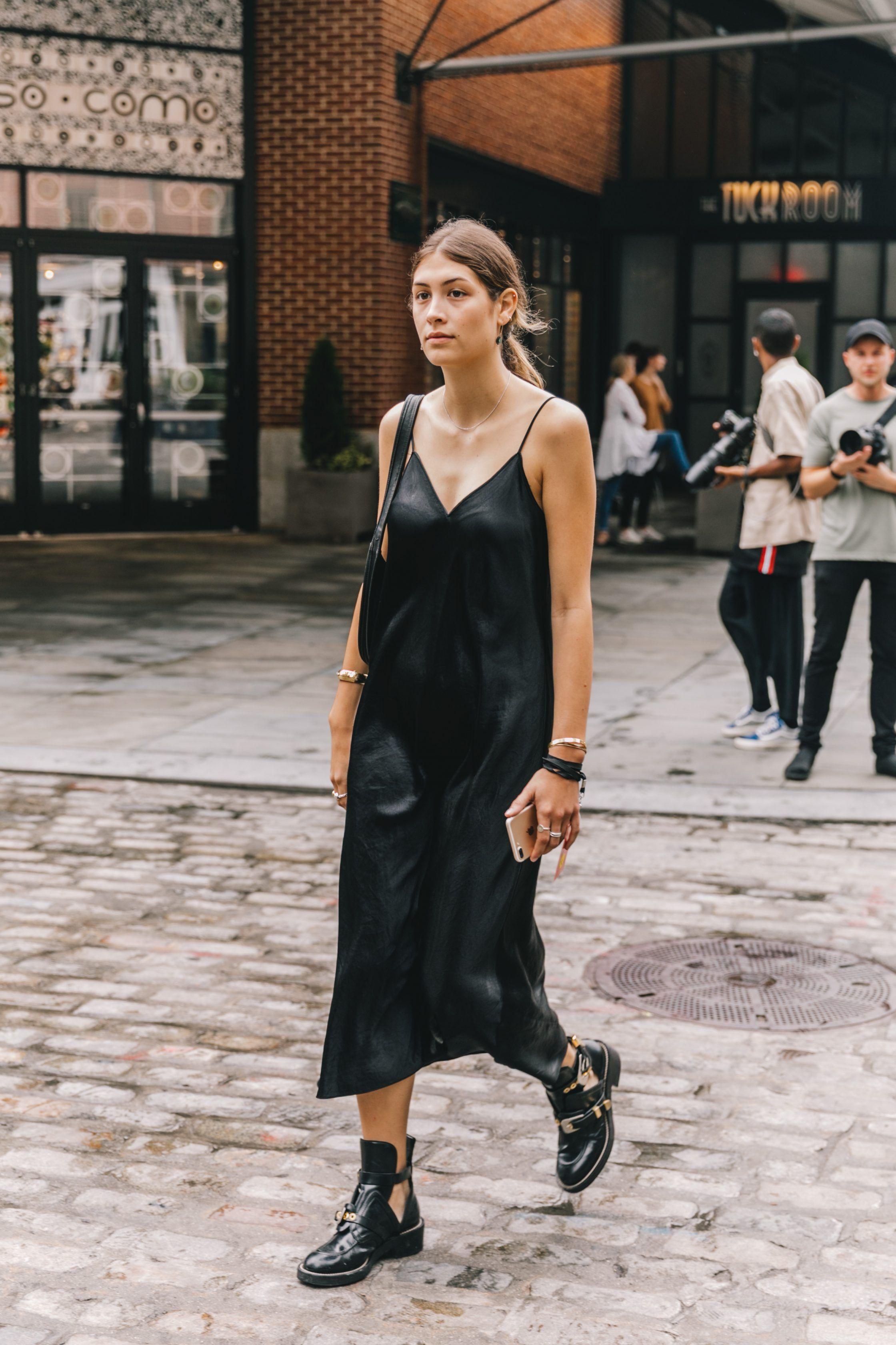 slip dress lụa màu đen và giày boots đen