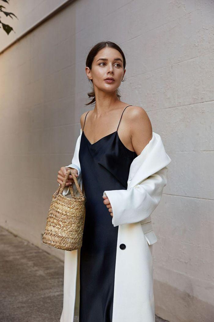 slip dress lụa màu đen và áo khoác màu trắng