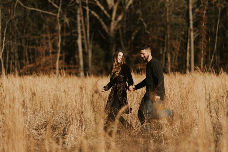 cặp đôi năm tay nhau đi dạo