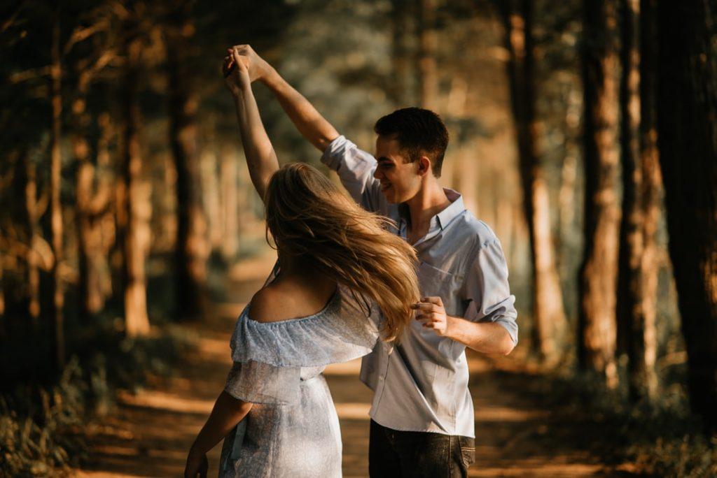 chàng trai cầm tay cô gái