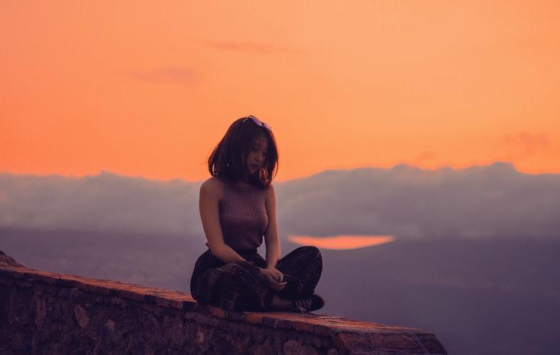 cô gái ngồi một mình hoàng hôn