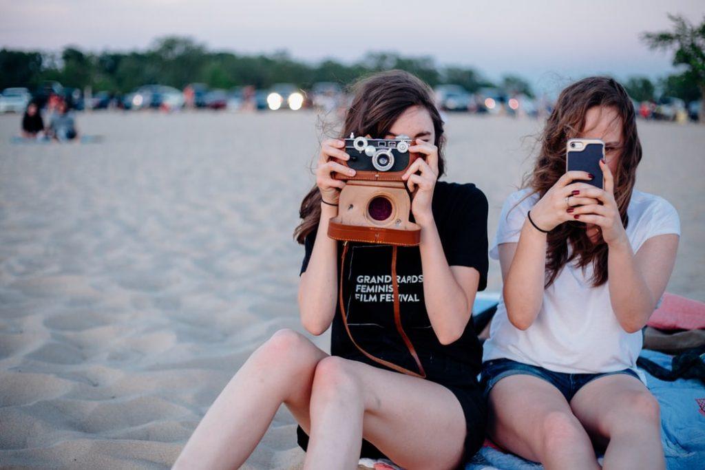 hai cô gái chụp ảnh trên bãi biển