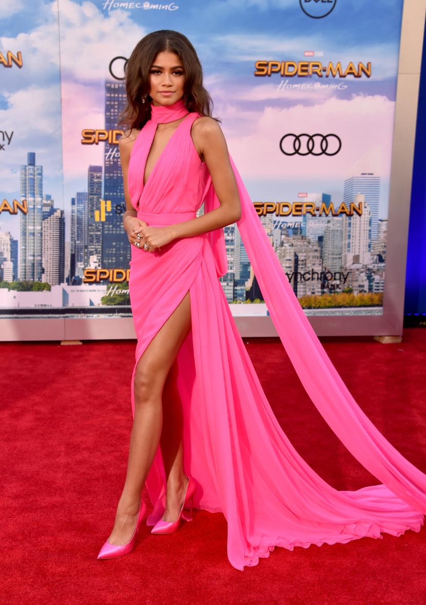 Zendaya mặc đầm hồng tại buổi công chiếu phim spider men homecoming 2017