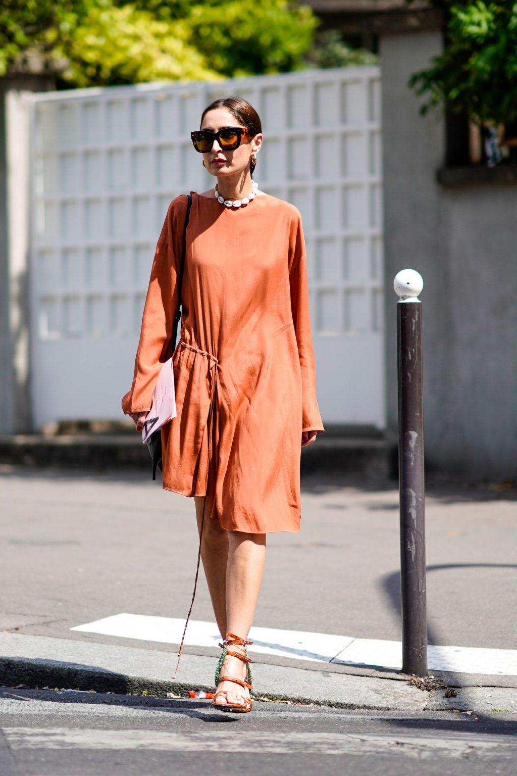 đầm màu cam đất và kính râm dạo phố