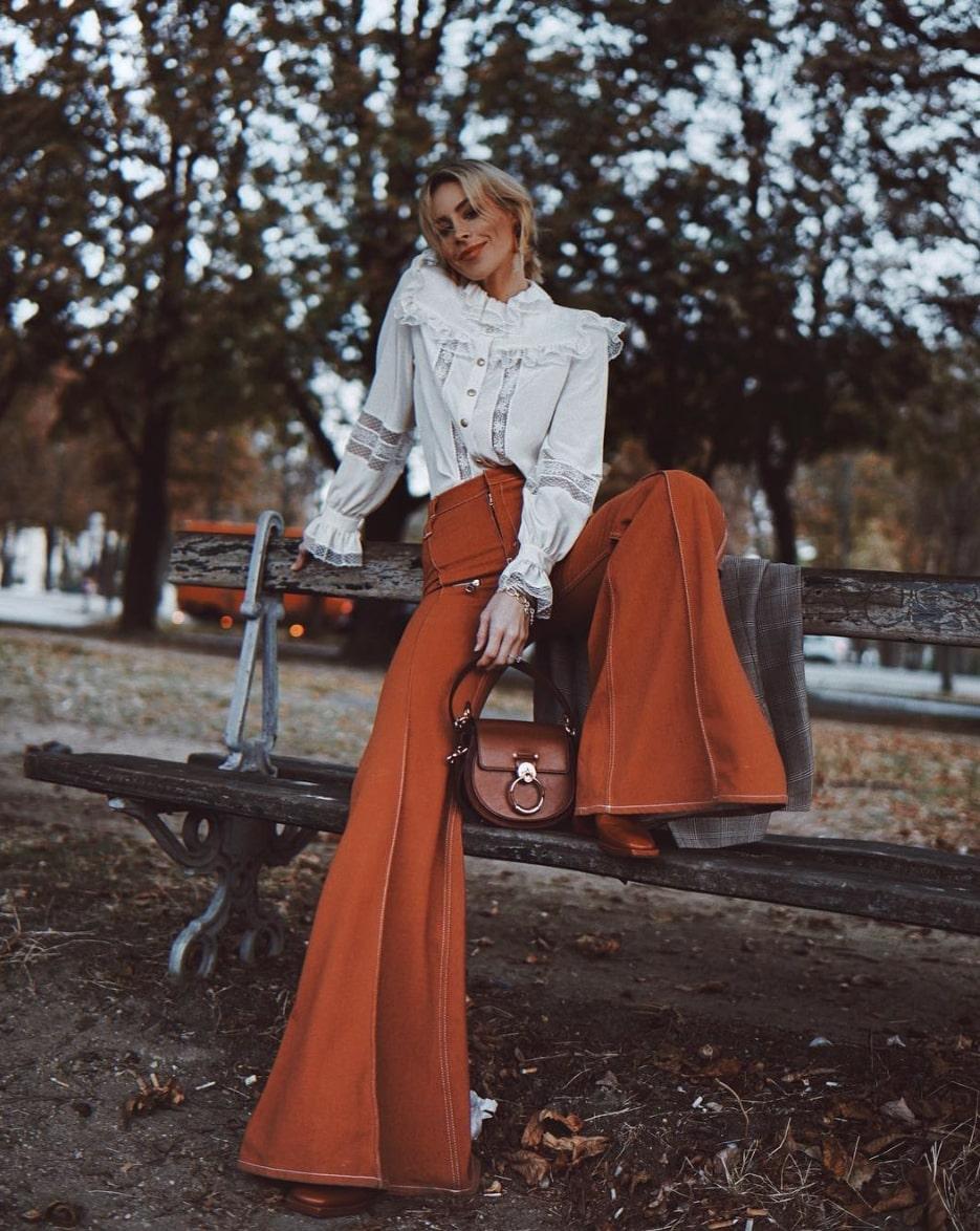 quần ống ộng màu cam đất và áo sơ mi trắng