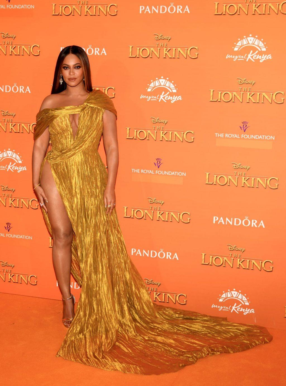 Beyoncé diện đầm vàng ánh kim và đi giày cao gót vàng