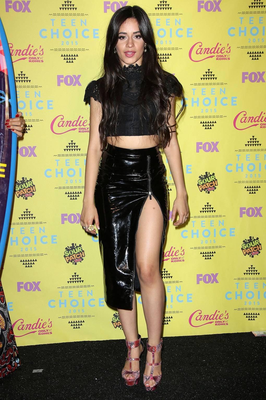 Camila Cabello diện áo crop top kết hợp cùng váy xẻ đùi cao
