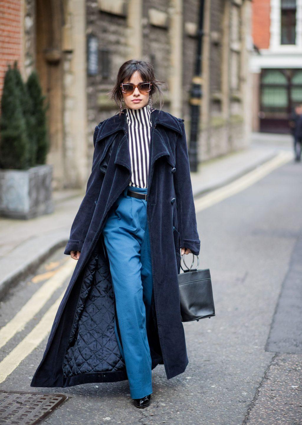 phong cách thời trang của Camila cabello diện quần ống suông màu xanh xuống phố