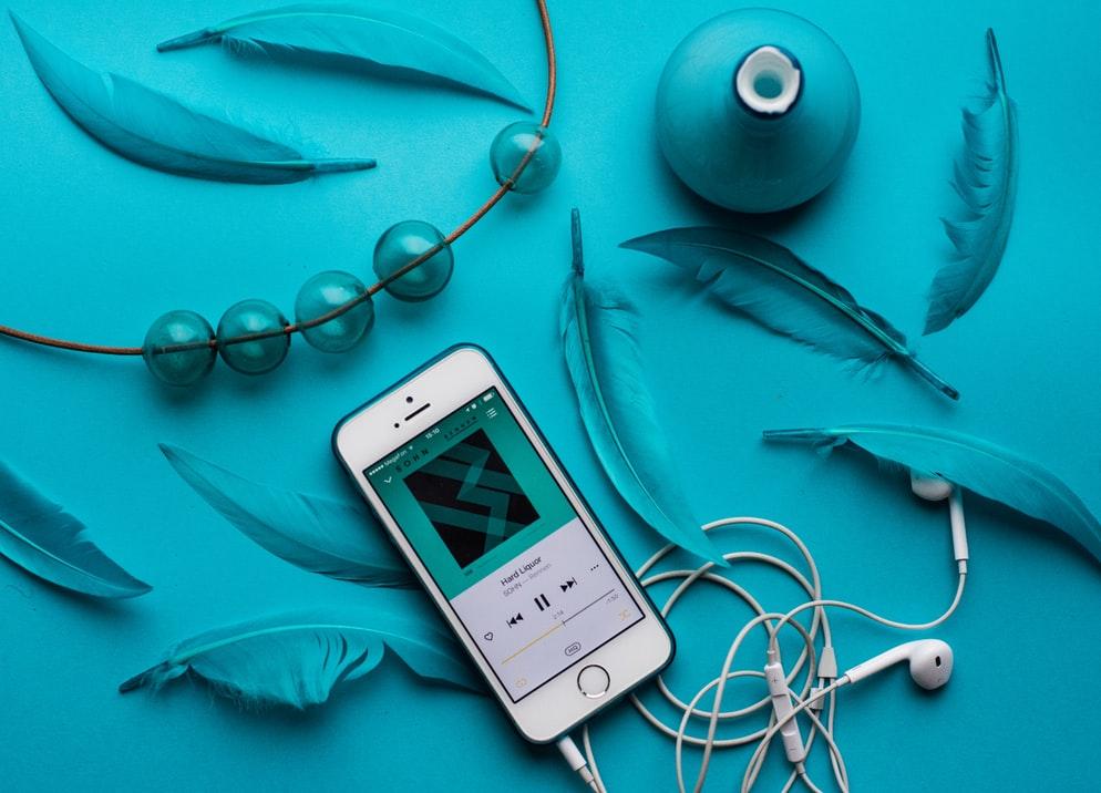 điện thoại iphone trên nền xanh