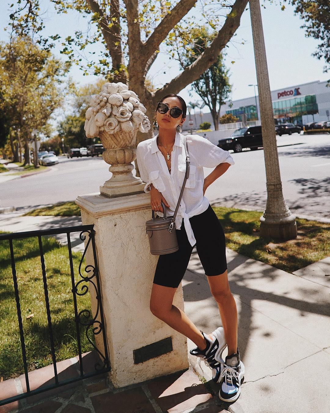 Áo sơ mi cột vạt diện cùng quần shorts biker cho phong cách smart casual