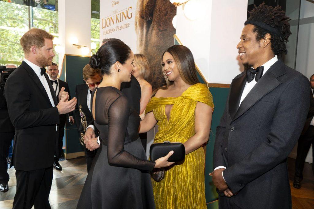 Meghan Markle diện đầm đen và Beyoncé diện đầm vàng ánh kim