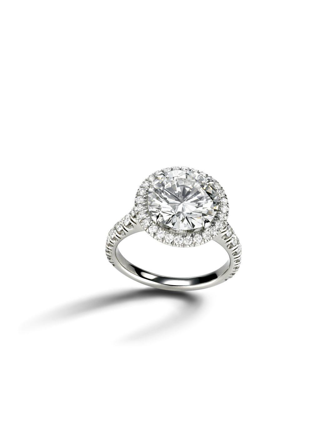 Nhẫn đính hôn trắng gắn kim cương