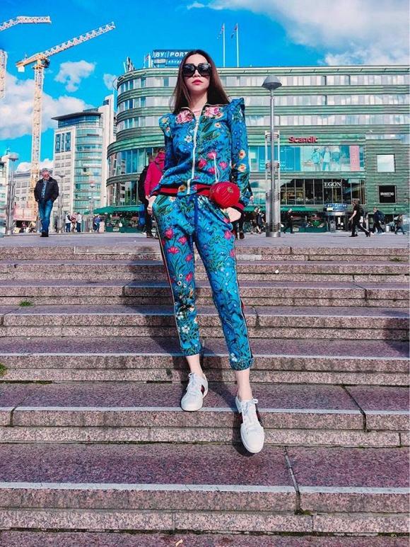 Hồ Ngọc Hà diện thiết kế giày sneakers ACE kinh điển của Gucci