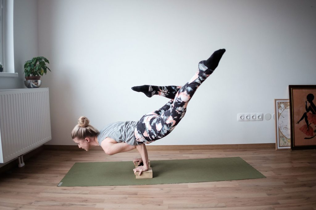 cách chọn quần yoga - cô gái mặc đồ tập yoga họa tiết sặc sỡ