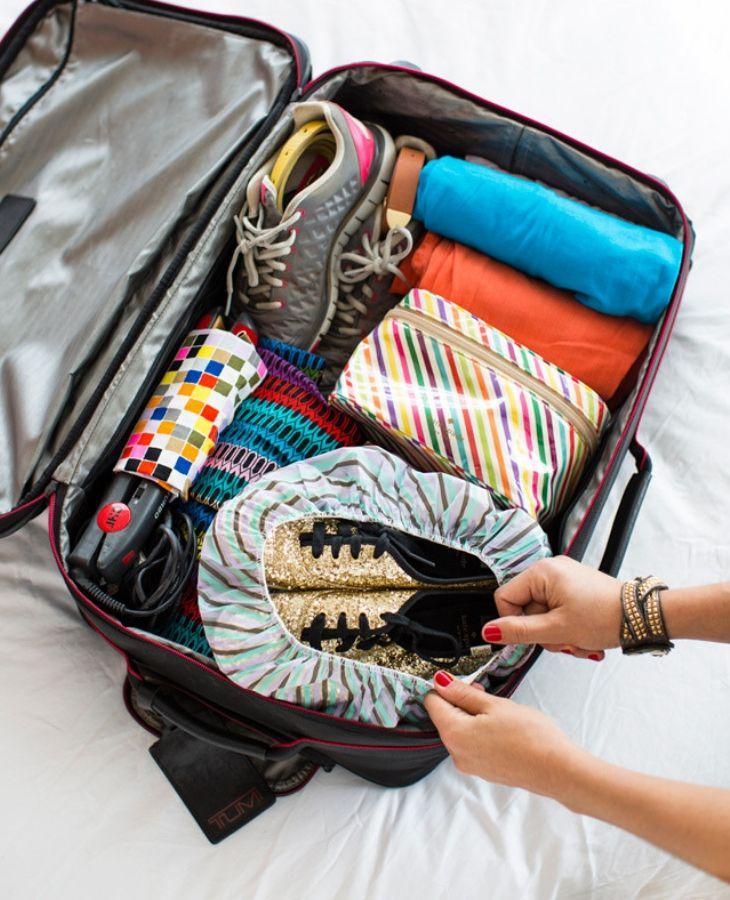 cách xếp giày vào vali khi đi du lịch