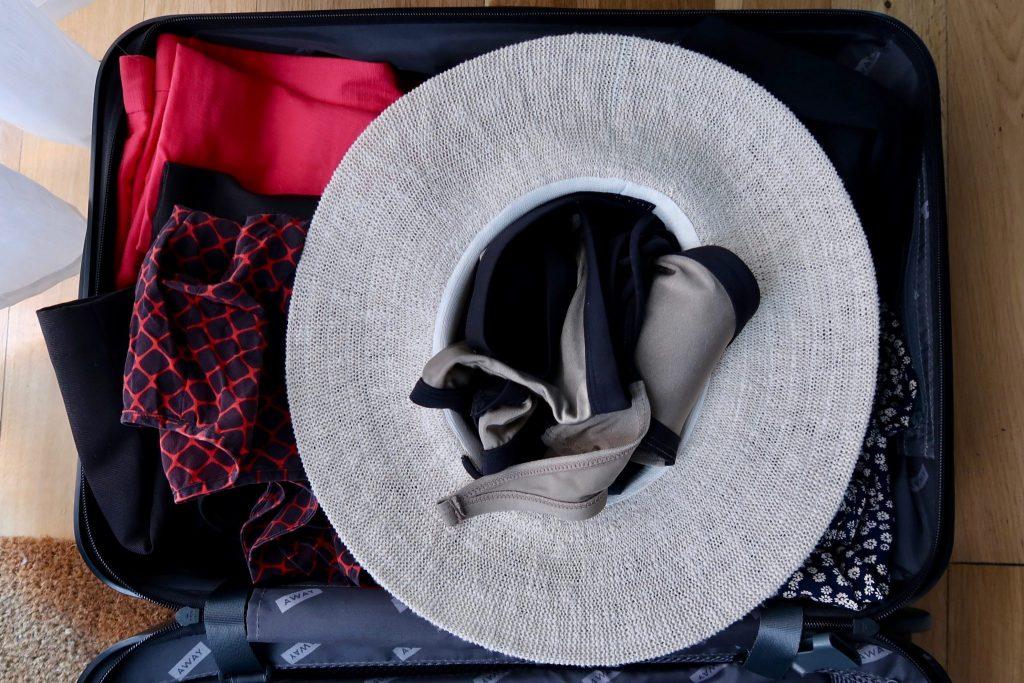 cách xếp mũ rộng vành vào vali khi đi du lịch