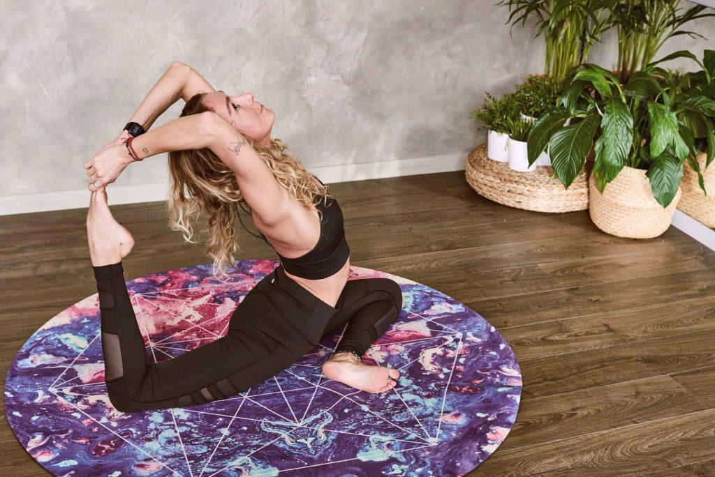 chọn quần yoga - cô gái mặc đồ tập màu đen tập yoga trong phòng