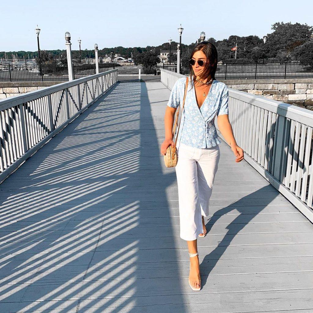 Fashionista mặc áo hoa xanh quần trắng đi giày mũi vuông trắng