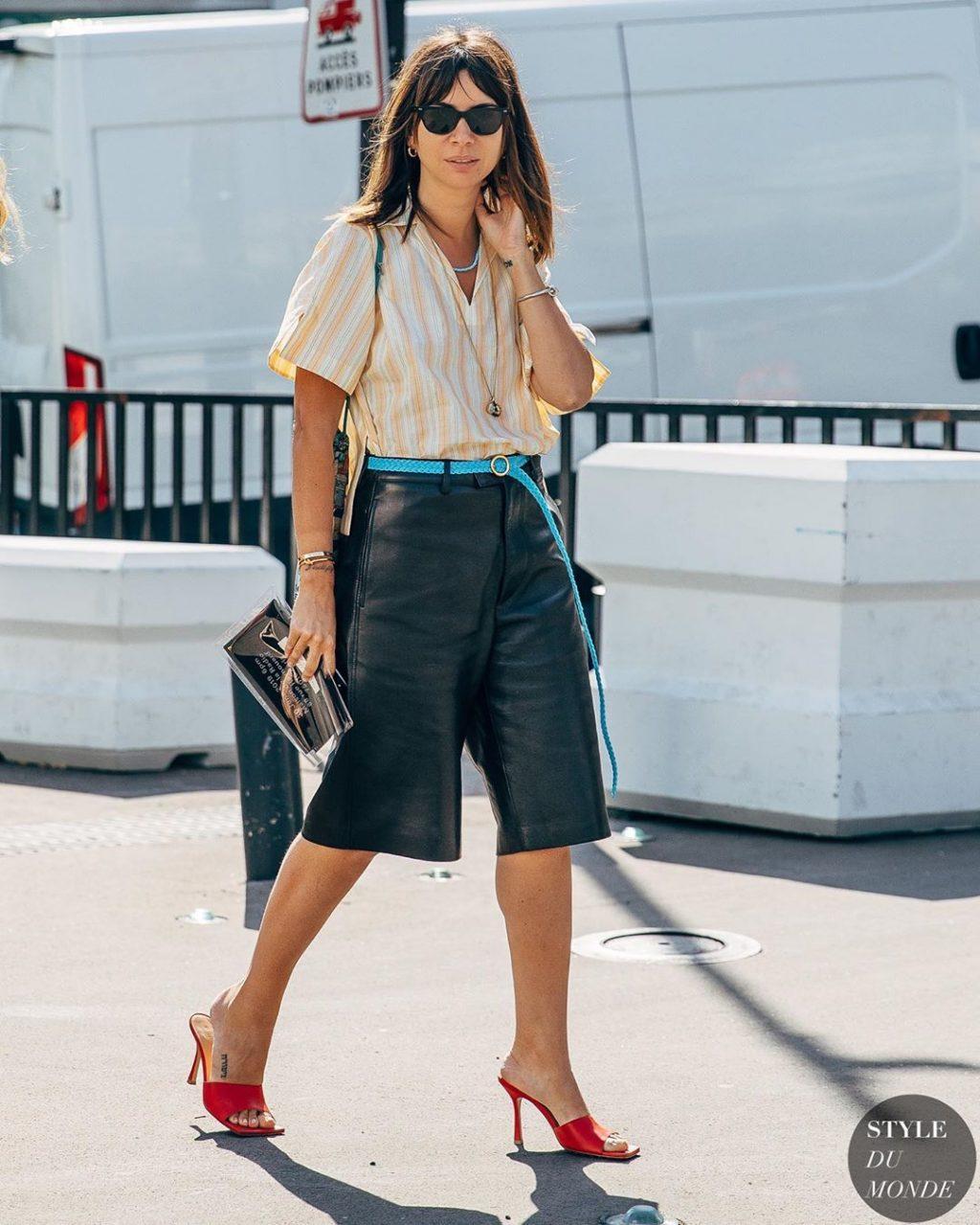 Fashionista mặc áo sọc vàng, quần da đen thắt lưng màu xanh thiên thanh