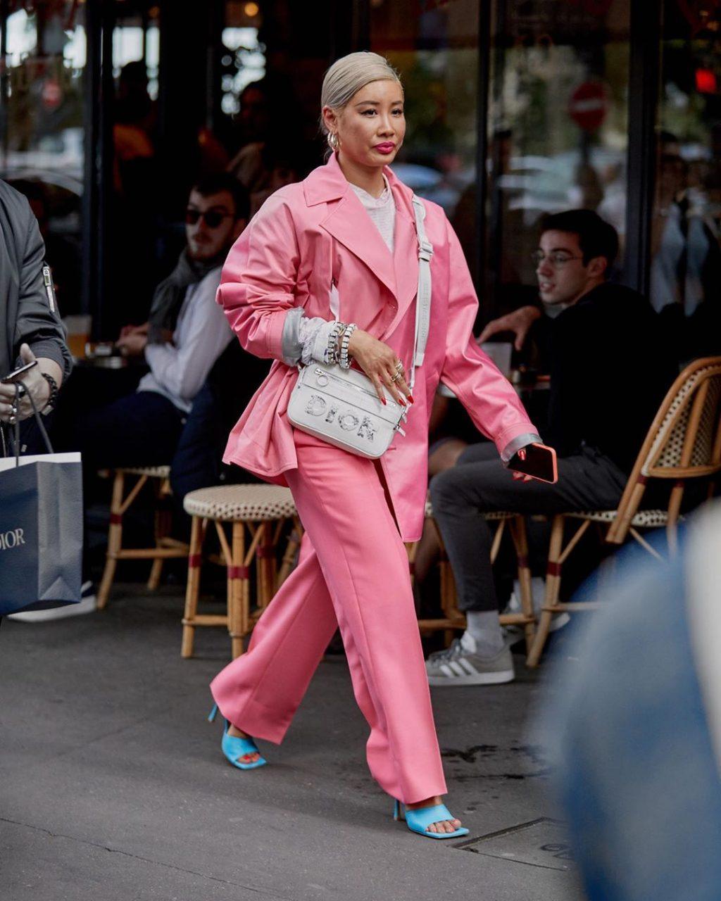 Fashionista mặc quần áo màu hồng đi giày mũi vuông màu xanh thiên thanh