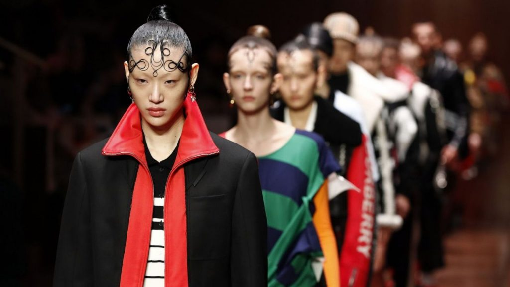 người mẫu sora choi trình diễn bộ sưu tập burberry Xuân - Hè 2019 3