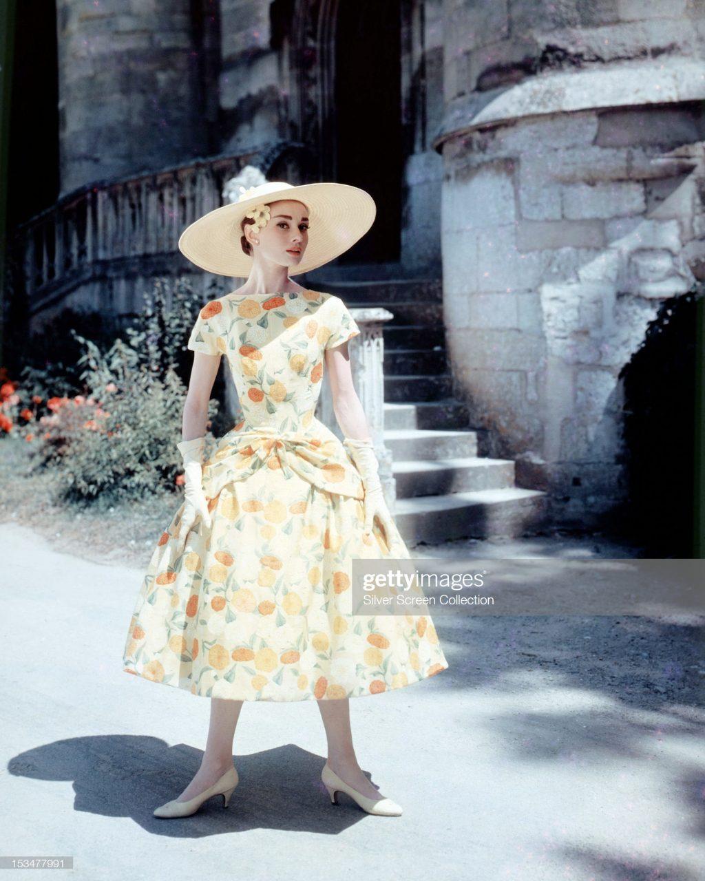 Audrey Hepburn trong trang phục váy vintage ôm cơ thể màu sắc những năm 50s