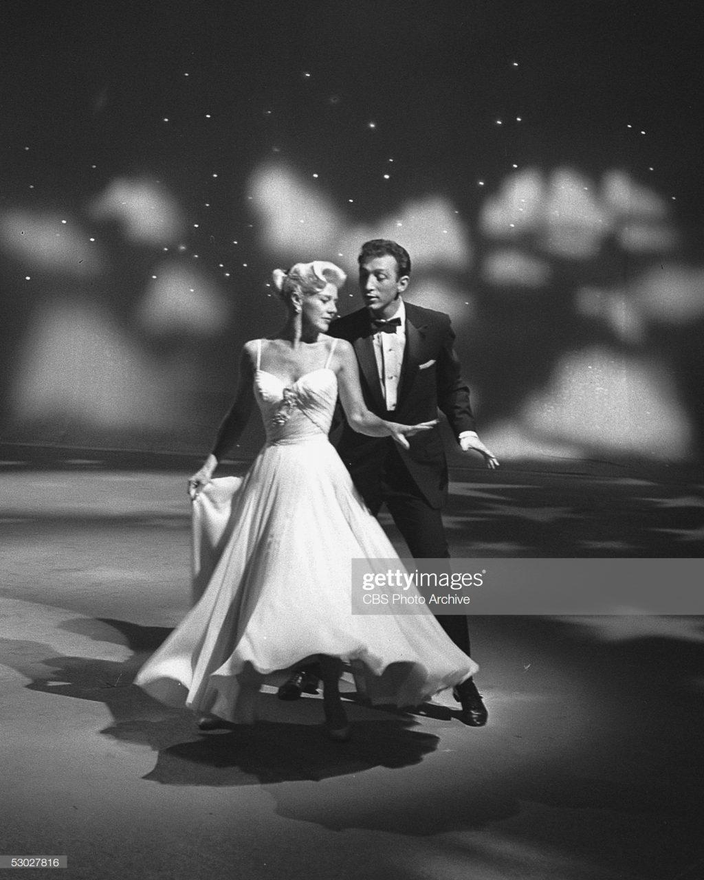 """Diễn viên Ginger Rogers trong bộ phim """"Swing Time""""(1936) với thiết kế đầm đặc trưng những năm 30s."""