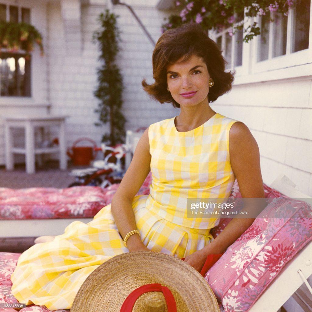 """Đệ nhất phu nhân Jackie Kennedy diện chiếc váy shift vintage và retro """"gây sốt"""" những năm 60s."""