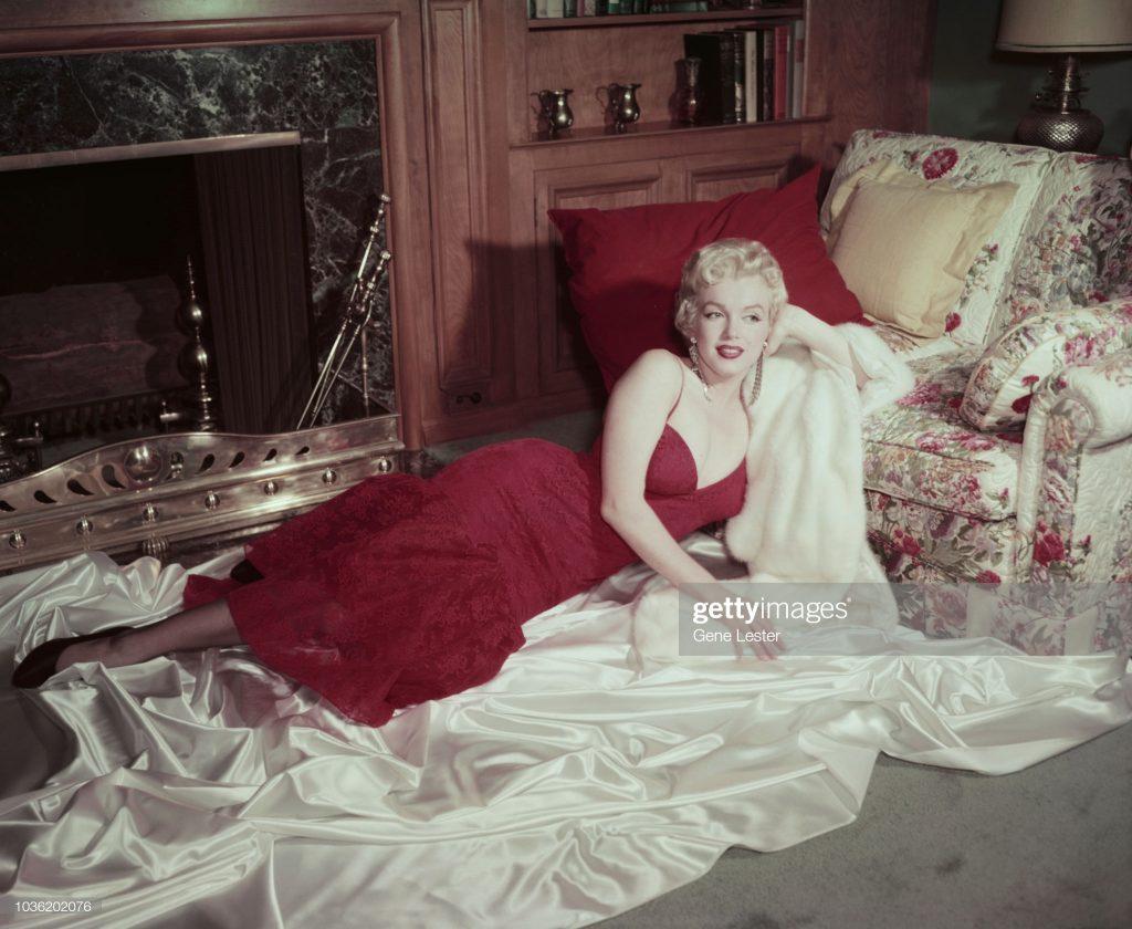 Marilyn Monroe trong thiết kế váy ôm sát cơ thể vintage năm 1955