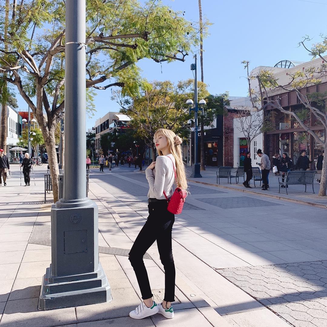 Thời trang của Lisa Blackpink Lisa diện sneakers trắng