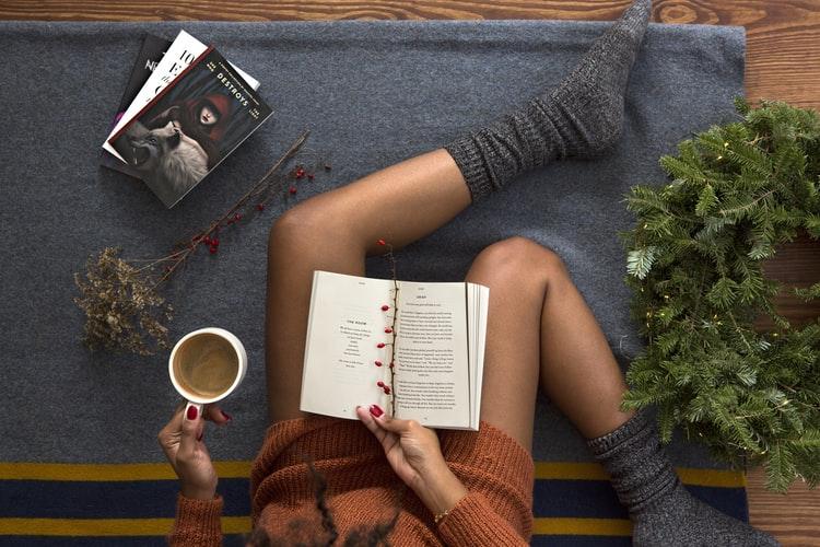 cô gái đọc sách uống cà phê