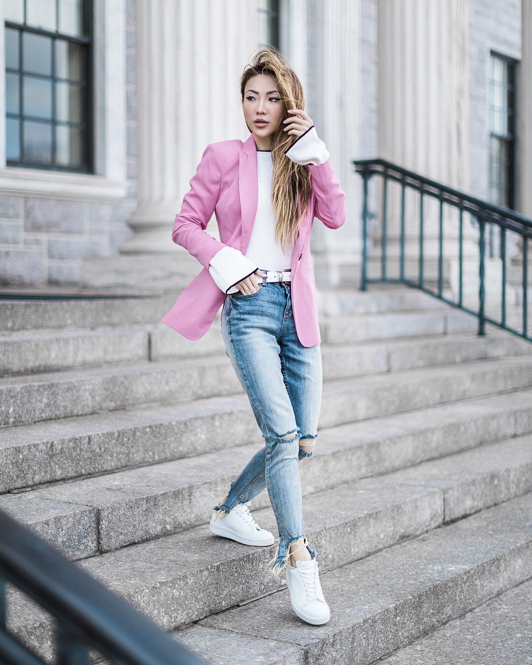 cô gái mặc áo blazer màu hồng và áo sơ mi trắng