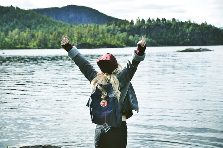 cô gái vươn vai trước hồ nước