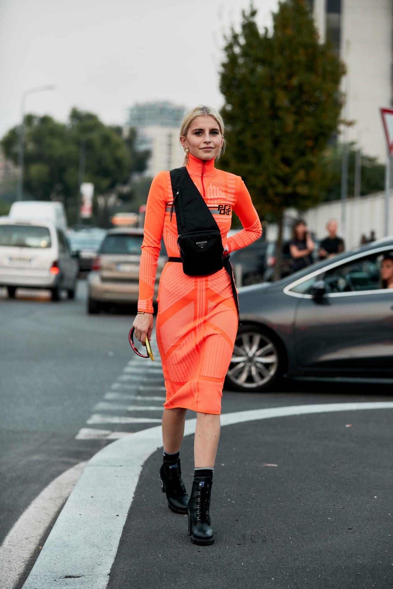 fashionista mặc đồ thể thao màu cam và túi đeo chéo đen 2