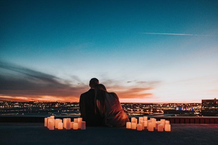hẹn hò lãng mạn dưới ánh nến