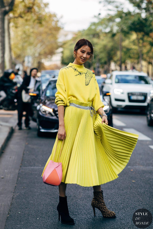 irene kim đầm vàng túi xách hình học bốt da beo